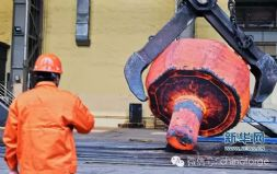 中信重工用世界最大油压机成功锻出大型支承辊锻件