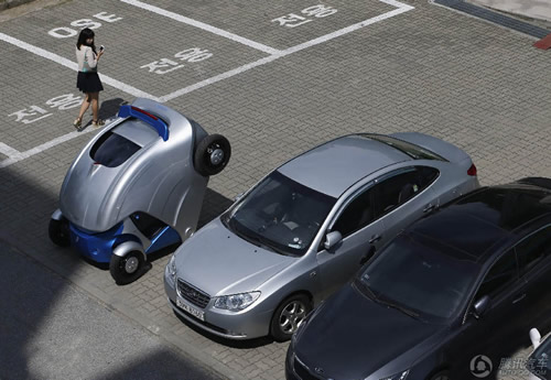 全球不少大城市都面临交通拥挤,停车位严重不足的问题。韩国近日研发一款可折叠电动汽车,减少停车时占据的空间,从而解决了停车难的问题。 据韩国科研人员介绍,这款称为Armadillo-T的车子可搭载两个人,最高速度为每小时60公里,充电10分钟可走100公里。驾驶员还可利用智能手机应用程序,在车子外部发出折叠或展开指令。 据了解,Armadillo-T在停车时会以车体中心为轴抬起后轮,使得车子占位长度从2.