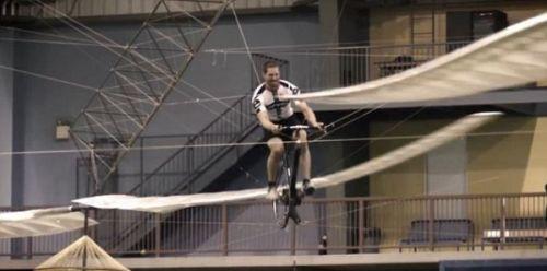 加工程师制造人工动力飞机